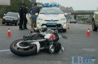 У Києві на Південному мосту жінка за кермом Toyota збила мотоцикліста