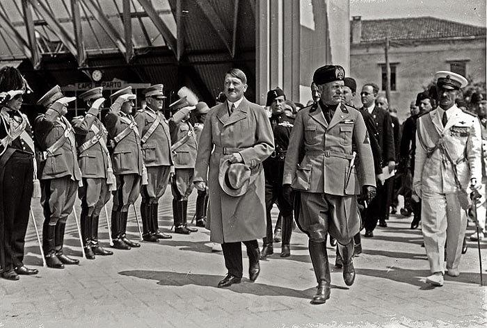 Почесна варта зустрічає Муссоліні і Гітлера під час останнього візиту до Італії