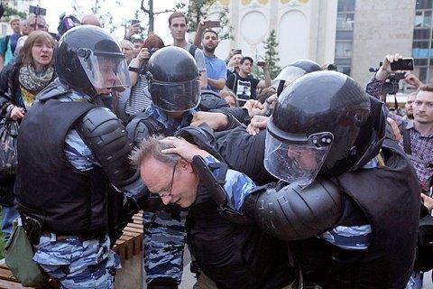 УМоскві проти двох мітингувальників завели кримінальні справи занапад наполіцейського