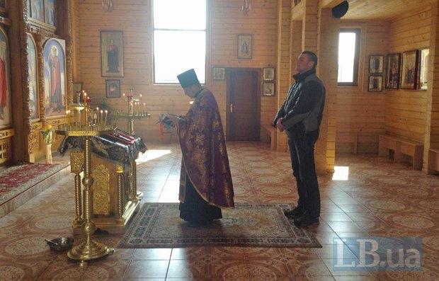 Дибров и отец Дмитрий в храме в Днепропетровске