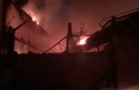 У Росії масштабна пожежа на металургійному заводі, загинув рятувальник