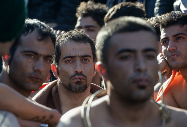 Беженцы с зашитыми ртами на греческо-македонской границе