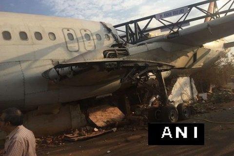В індійському аеропорту під час перевезення розбили літак