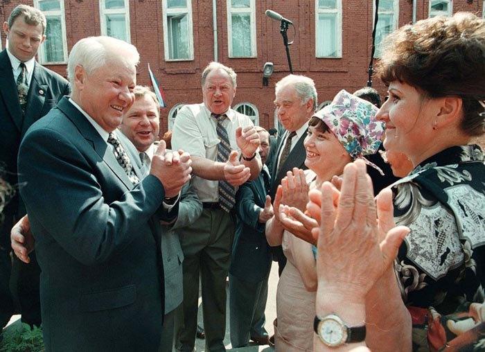 Президент России Борис Ельцин во время своего визита в Костромскую область 19 июня,1998.