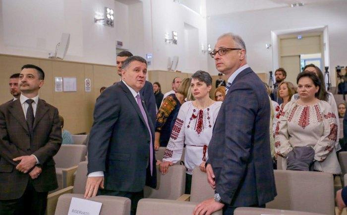 Арсен Аваков та Євген Перелигін після засідання суду по Марківу у Павії