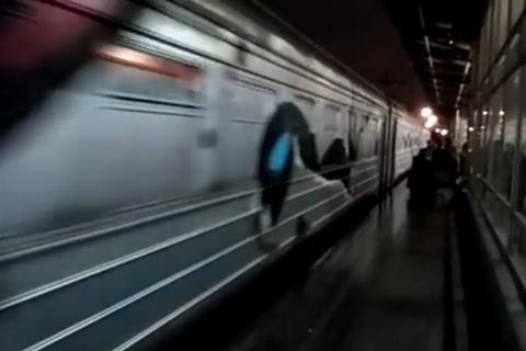 Вандали зірвали стоп-кран і розмалювали електричку в Києві (оновлено)