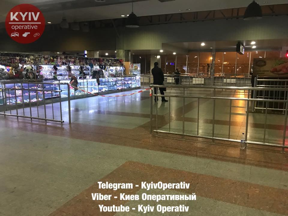 ЗМІ: Нацентральному залізничному вокзалі вКиєві чоловіка вдарили вобличчя ножем
