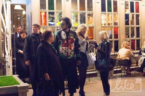 Киркоров выходит из ресторана