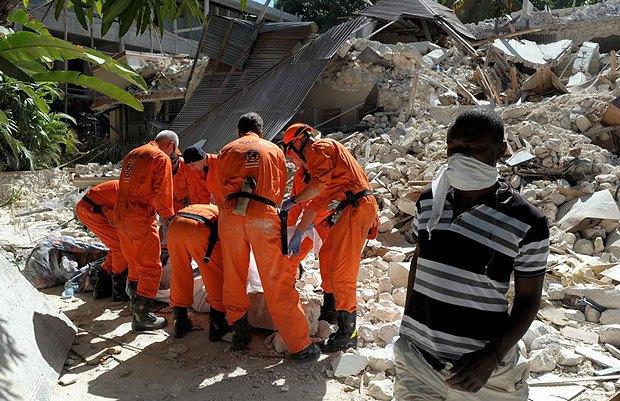 Рятувальники у пошуках вцілілих після потужного землетрусу на Гаїті у 2010 році