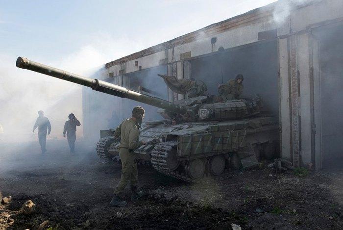 Танк сепаратистов в ангаре в городе Александровск, недалеко от Луганска, 3 октября 2015.