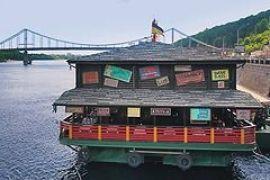 Плавучим ресторанам приказали отчалить от киевской набережной