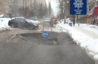В Киеве на Петропавловской улице провалился асфальт, движение ограничено