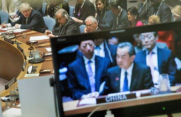 Слева-направо: министр иностранных дел Великобритании Борис Джонсон, генсек ООН Антонио Гутеррес и госсек Соединенных Штатов Рекс Тиллерсон слушают министра иностранных дел Китая Ван И (на экране) во время заседании Совета Безопасности ООН в штаб-квартире организации, Нью-Йорк, 28 апреля, 2017.