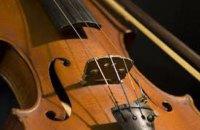 У Харкові чоловік не встиг на тролейбус, заліз на його дах і грав там на скрипці