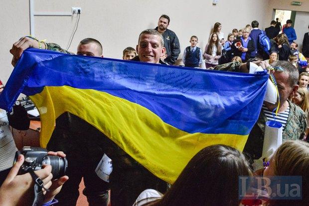 Боец 72-й механизированной бригады во время урока патриотизма в киевской школе