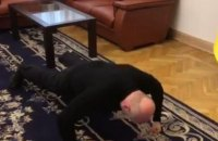 Турчинов отжался 25 раз в поддержку ветеранов АТО