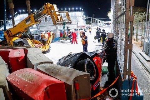 В гонке Формулы-Е болид сделал сальто и полетел в барьеры