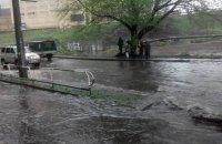У Києві через дощ на дорозі утворилося озеро