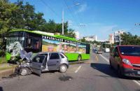В Харькове иномарка врезалась в троллейбус