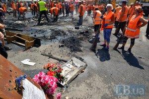 Комунальники розбирають барикади на Майдані