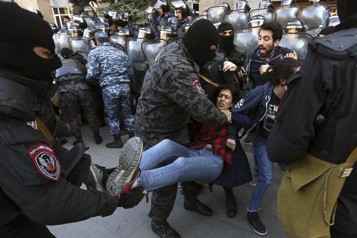 Задержание активистов во время марша протеста против назначенного премьер-министра Армении Сержа Саргсяна, Ереван, 19 апреля 2018.