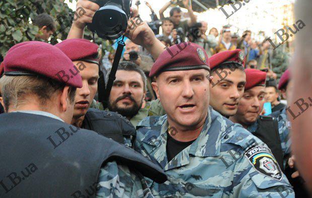 Сотрудник МВД(в центре) во время разгона акции в сентябре 2011 года