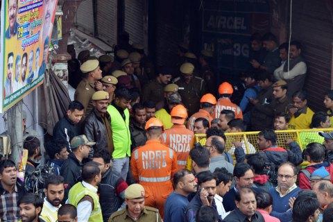 Более 40 человек погибли при пожаре на фабрике в Нью-Дели