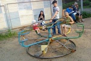 У Миколаєві на дитячий майданчик упало дерево