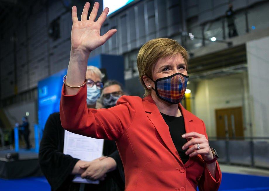 Лідерка Шотландської національної партії та перша міністерка Шотландії Нікола Стерджен у виборчому центрі в Глазго, 7 травня 2021.