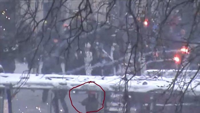 Жизневський стоїть між вікнами згорілого автобуса