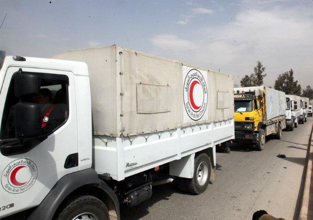 """Грузовики гуманитарной организации """"Сирийский Арабский Красный Полумесяц"""" с продуктами"""