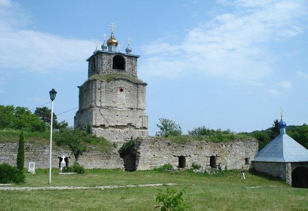 Напівзруйновану надбраму вежу оборонного монастиря у Сатанівській Слобідці прикрасили без будь-чийого дозволу «золотиє купола» Московського патріархату
