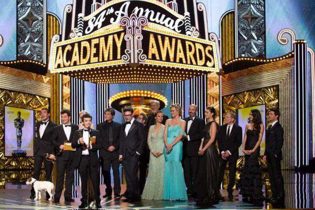 Создатели фильма Артист на церемонии вручения Оскар, включая собачку Угги, исполнившую одну из главных ролей в фильме