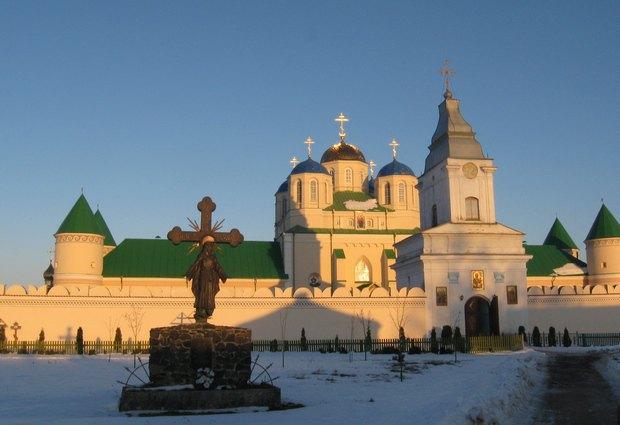Троїцький монастир XV – XVII ст. у Межирічі Острозькому. Цвинтар під мурами розширюється, а надбрамної дзвіниці вже немає – її зруйнували ченці.