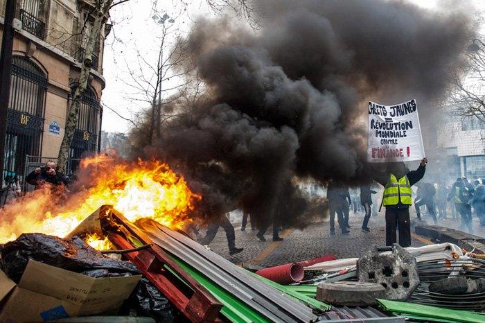 Стычки протестующих и полиции на Площади Бастилии во время акции «Желтых жилетов» в Париже, 26 января 2019.