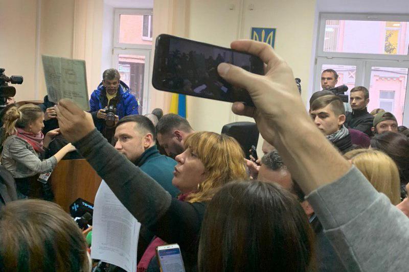 Оксана Корчинская демонстрирует документы, подтверждающие алиби Дугарь