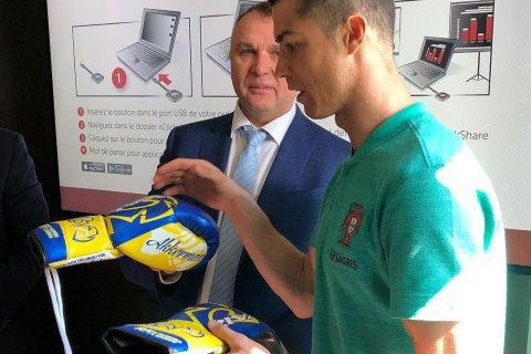 Ломаченко передав Роналду цінний подарунок