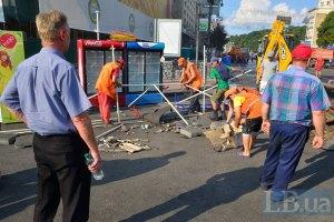Комунальники і далі прибирають на Майдані (оновлено)