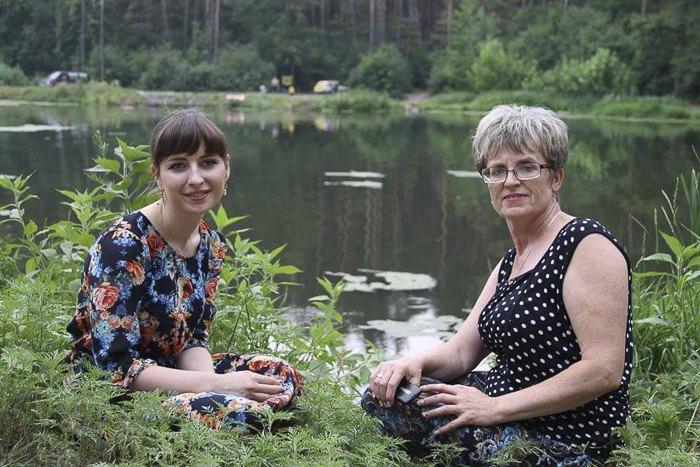Ольга Матюшина (зліва) святкує День Конституції на природі