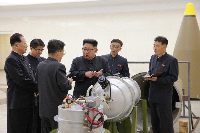 Глава КНДР Ким Чен Ын и военная верхушка страны во время обсуждения программы по ядерному оружию, Северная Корея, 03 сентября 2017.