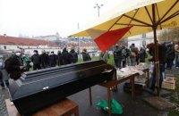 В Чехии протестующие принесли гроб к дому премьера