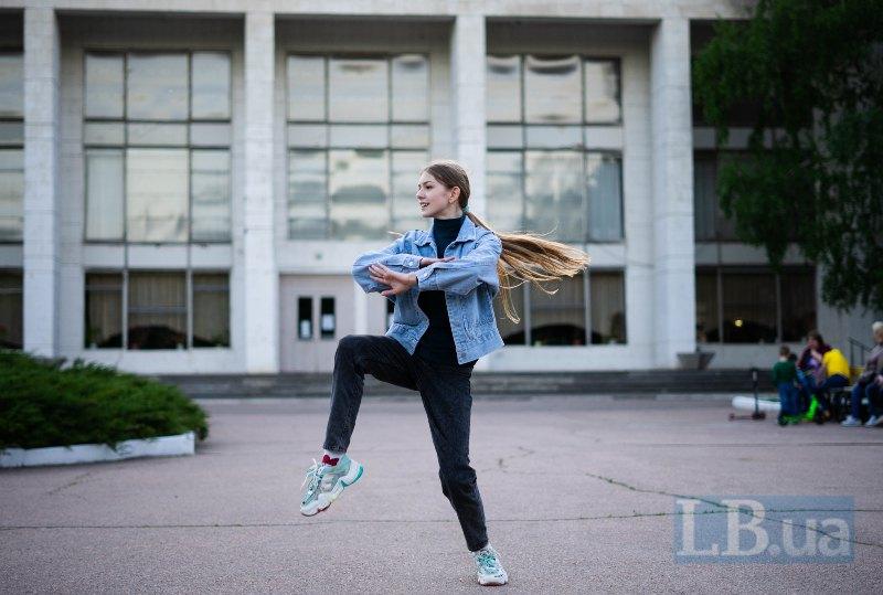 Аліса танцює перед школою мистецтв у Світлодарську