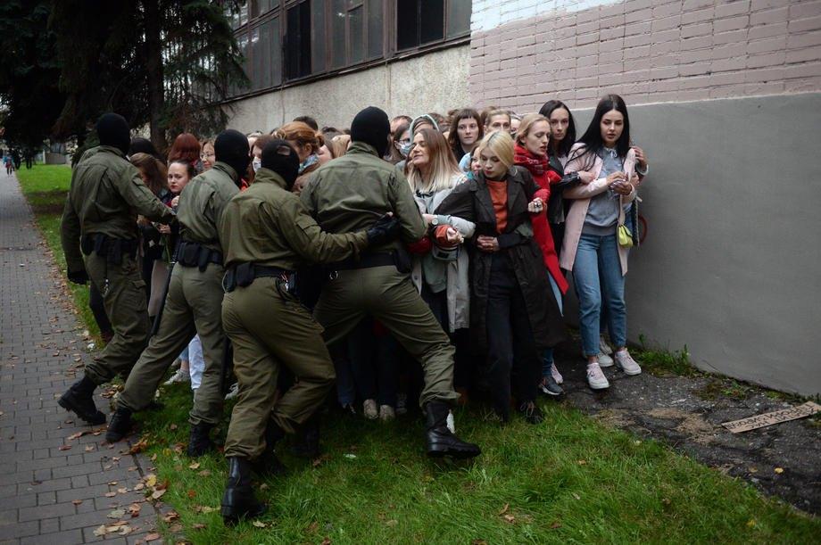 ОМОН пытается задержать активисток во время акции в поддержку Марии Колесниковой в Минске, 08 сентября 2020