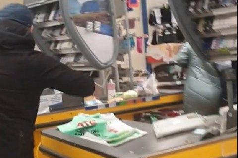 В Мариуполе мужчина с топором разгромил кассы и полки супермаркета АТБ