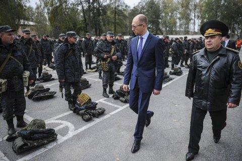 Яценюк поручил Полтораку начать расчеты для перехода на контрактную армию