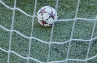 У матчі Бундесліги м'яч застряг у снігу після удару гравця по порожніх воротах