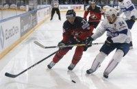 В матче НХЛ хоккеист получил дисциплинарный штраф за бросок шлема в лицо соперника