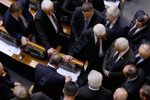 Глава фракции ПР Александр Ефремов пытается выяснить фамилии депутатов, бюллетеней которых не хватило для избрания Валерии Лутковской на должность омбудсмена