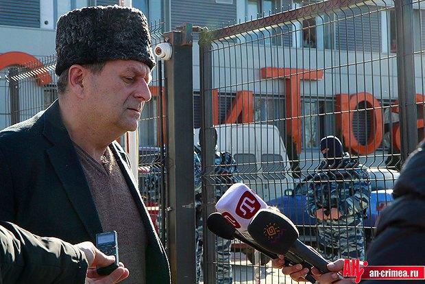 Ахтем Чийгоз возле здания телеканала АTR во время обыска последнего российским ОМОНом