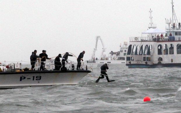 Водолазы на месте кораблекрушения у побережья Корейского полуострова